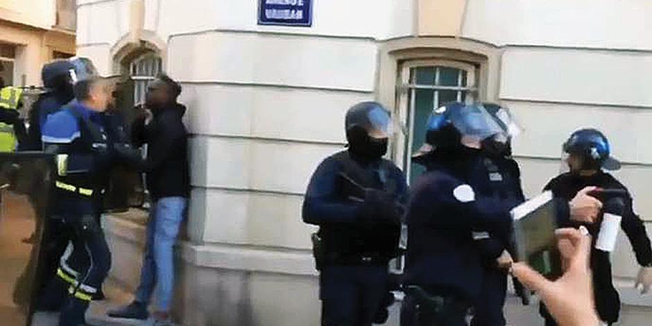 Policía golpeador agrava crisis francesa