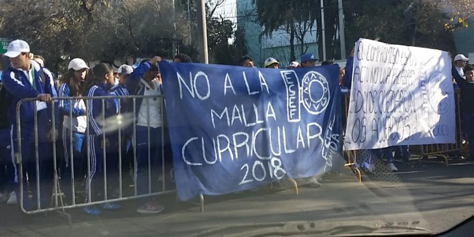 Estudiantes bloquean Circuito Interior en dirección al AICM