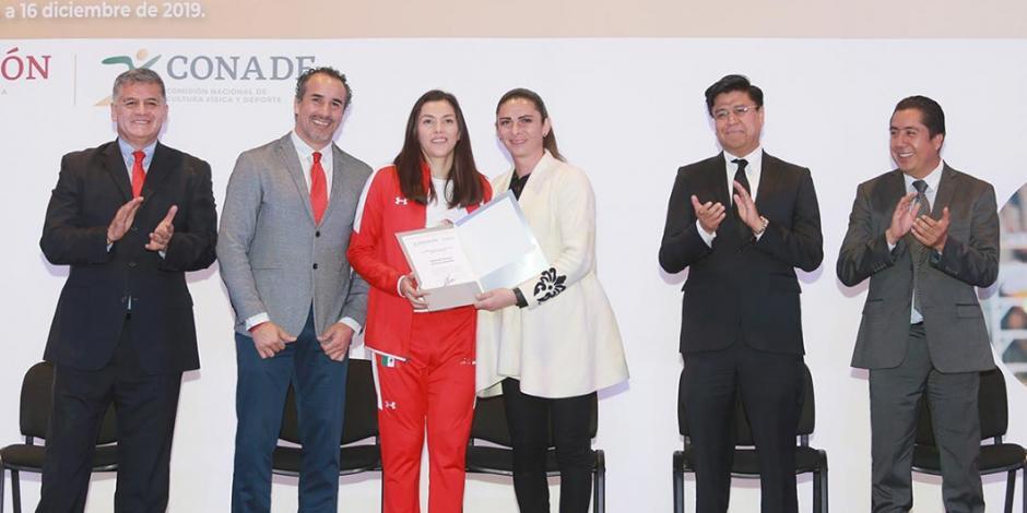 Ana Guevara entrega estímulos económicos a los mejores en mundiales