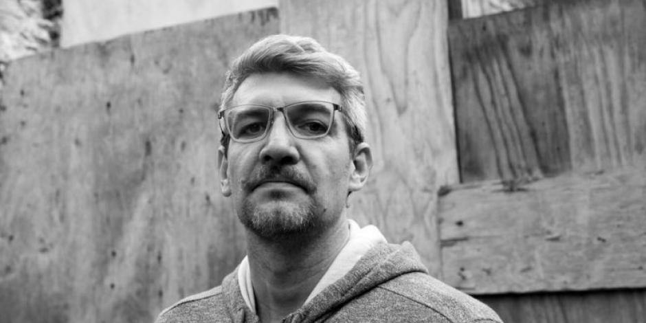 Premian a Emiliano Monge por su novela