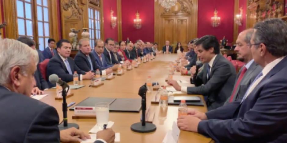 AMLO firma acuerdo con bancos para refinanciar deuda de Pemex
