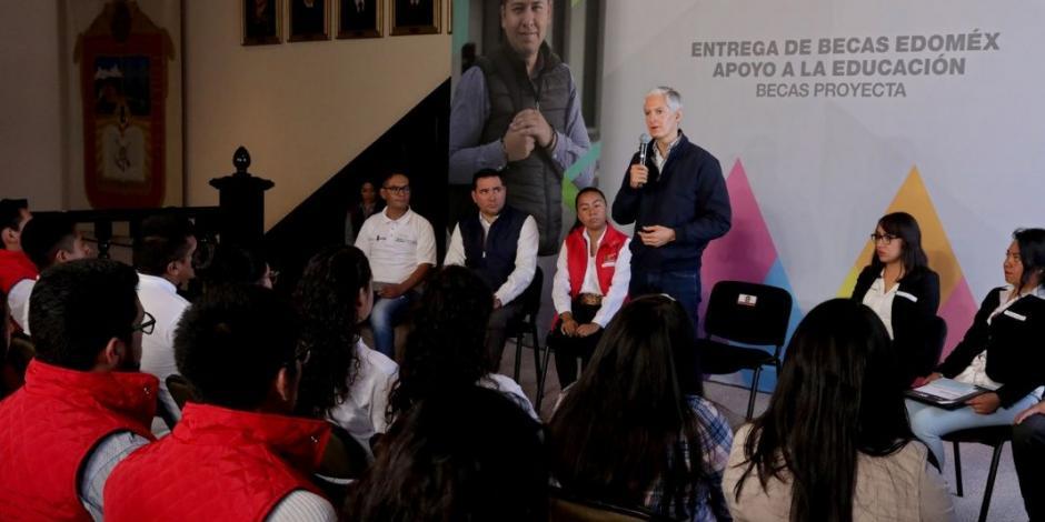 Alfredo del Mazo entrega becas para estudiar inglés en Canadá