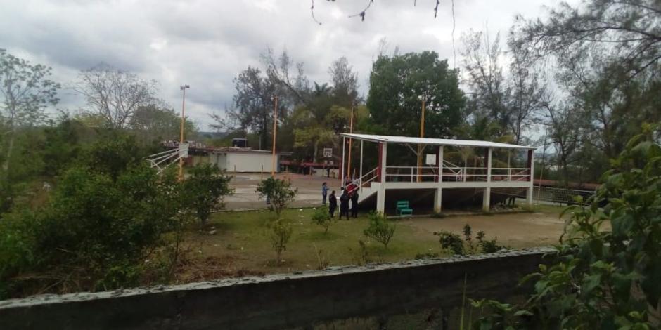 En patio de escuela, alumnos encuentran restos humanos en Poza Rica