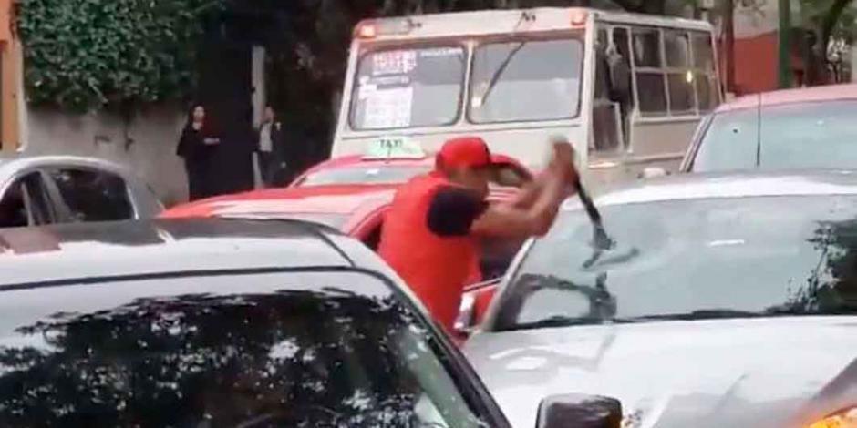 VIDEO: Taxista destruye a tubazos supuesto auto que lo chocó
