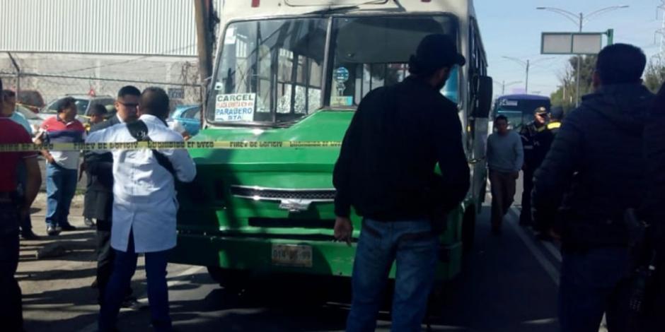 Balean a dos custodios a bordo de microbús en Iztapalapa