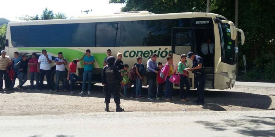 Autobús trasladaba a 76 migrantes en Puebla; arrestan a responsables