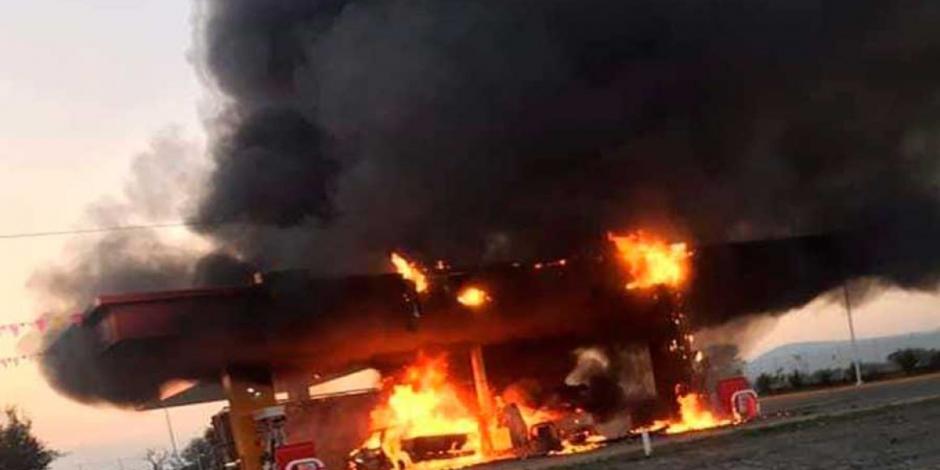 Se incendia gasolinera en Jalisco; cargaban combustible en bidones