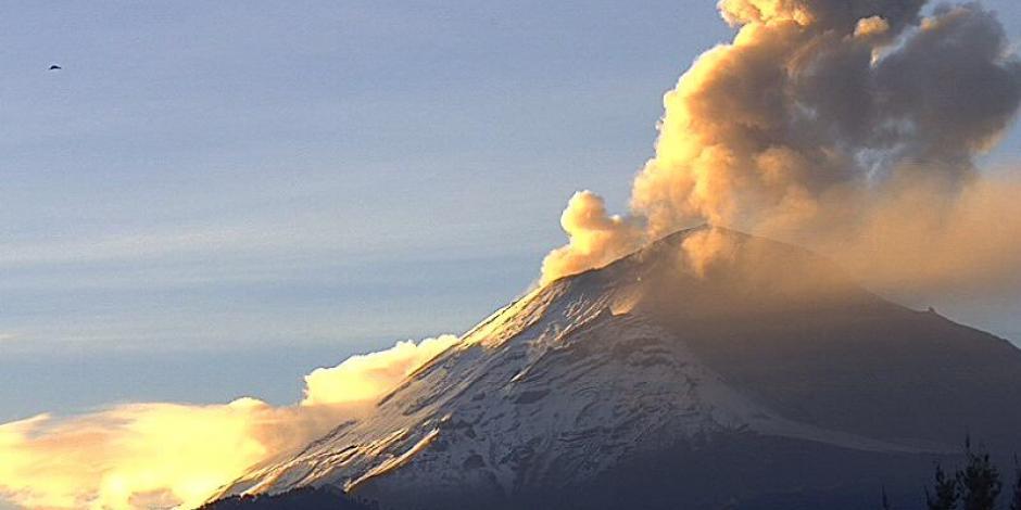 Así amanece el Popocatépetl: nevado y con emisiones de ceniza