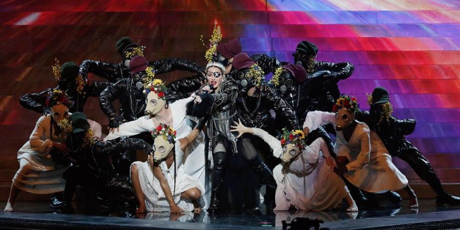 Madonna hace declaración política en Eurovisión vestida de Juana de Arco