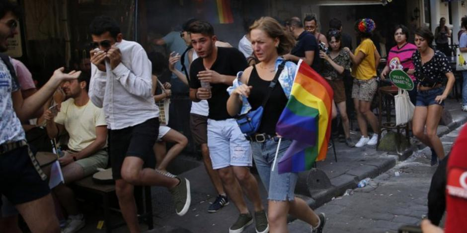 FOTOS: Policía turca dispersa marcha LGBT con gas lacrimógeno