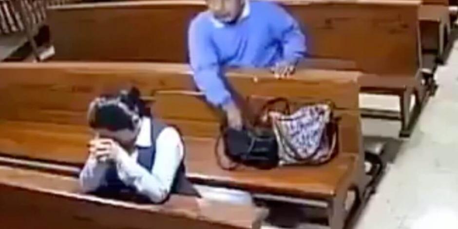 VIDEO: Roba a mujer en iglesia y se persigna antes de salir