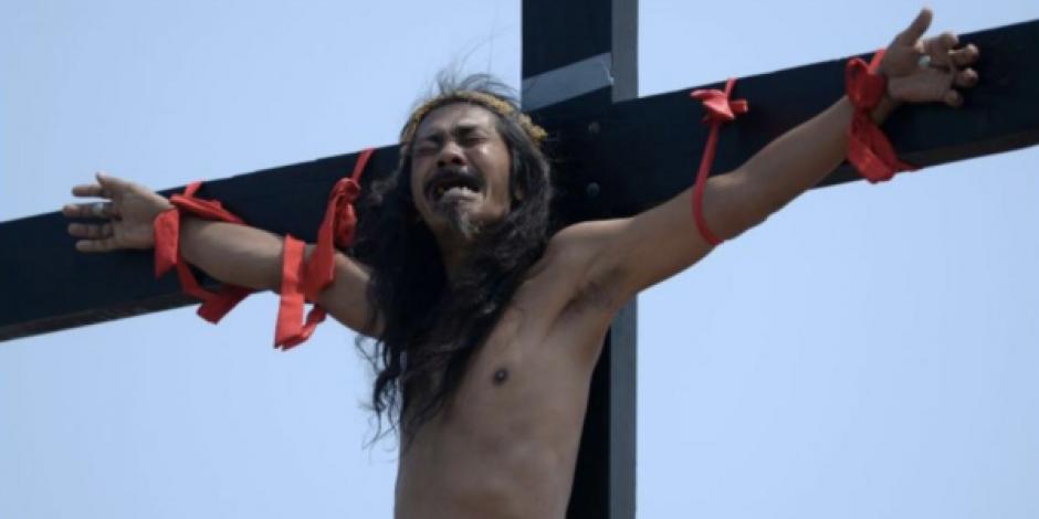 Con crucifixiones reales, filipinos llevan al extremo la pasión de Cristo