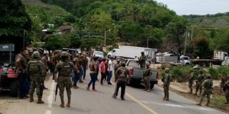 Integrantes de UPOEG retienen a marinos en carretera de Guerrero