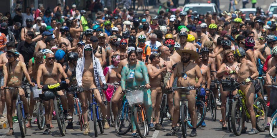 Ciclistas desnudos buscan crear conciencia del uso de la bicicleta