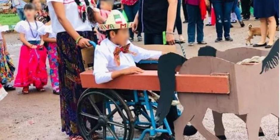 Transforman silla de ruedas de niño en carreta para que pueda desfilar