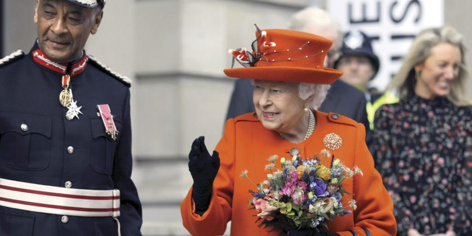 Aprueba reina Isabel II suspender Parlamento tras petición de Johnson