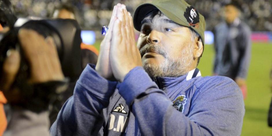 Maradona da marcha atrás a renuncia y regresa al banquillo de Gimnasia