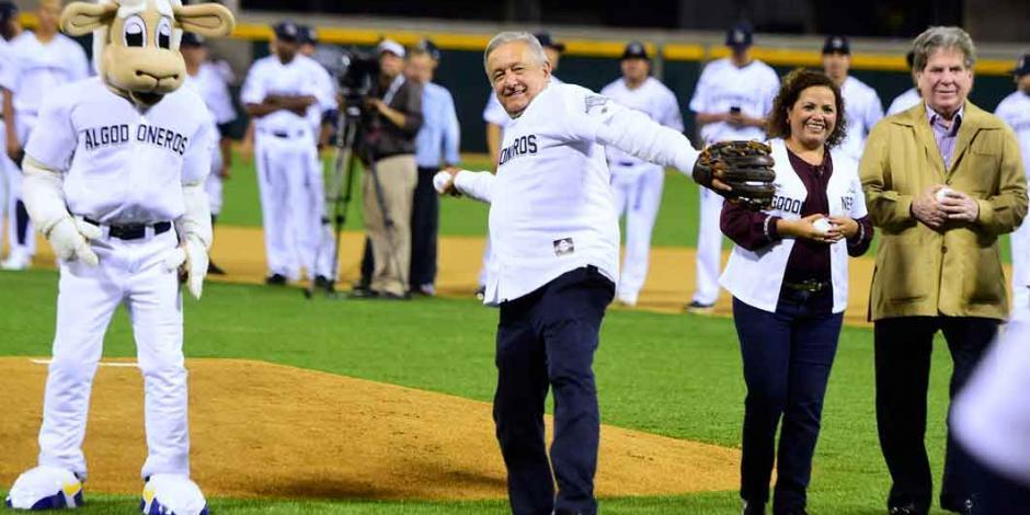 AMLO participará en un juego de estrellas del beisbol