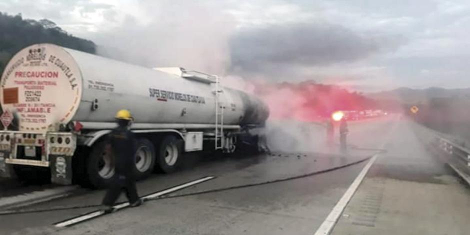 Se incendia pipa con 43 mil litros de carbutante