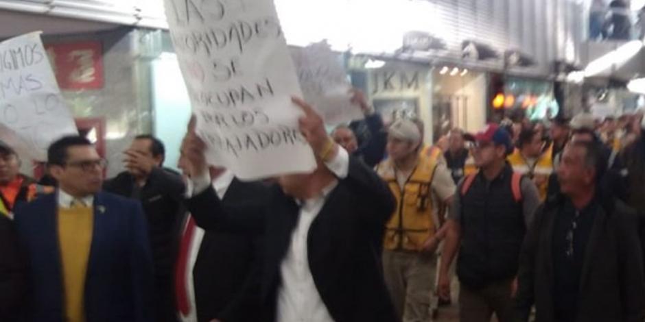 VIDEO: Manifestantes se retiran de Terminal 1 del AICM