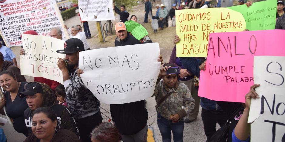 Reciben a AMLO en Saltillo con quejas y pancartas