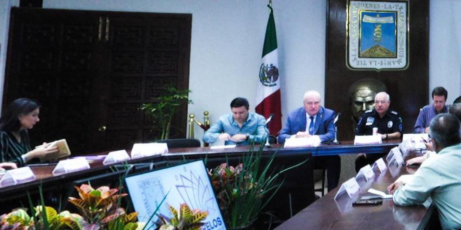 Hermano de Blanco, sin cargo, da indicaciones a diputados de Morelos