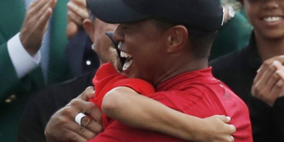 El emotivo abrazo de Tiger Woods a su hijo tras coronarse en Augusta