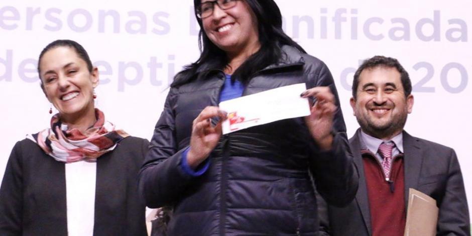 Sheinbaum entrega 100 tarjetas para apoyo a renta a damnificados