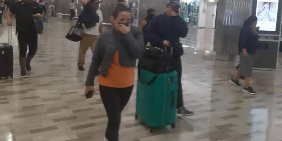Reportan a bebé grave por gas lacrimógeno en pleito de policías en AICM