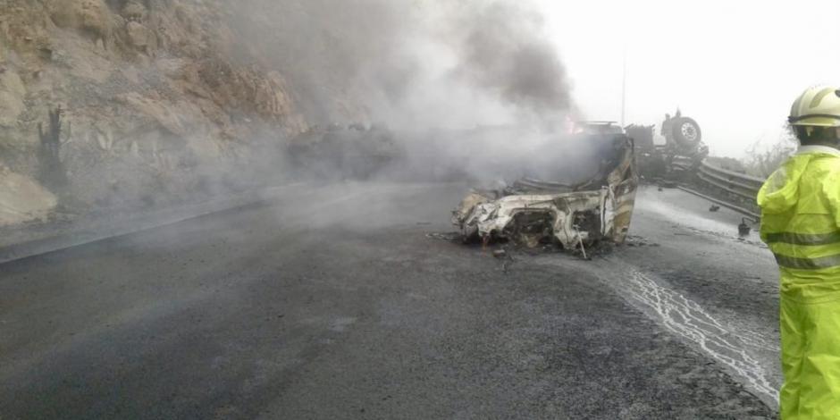 Pipa vuelca en carretera Durango-Mazatlán, se incendia y muere chofer