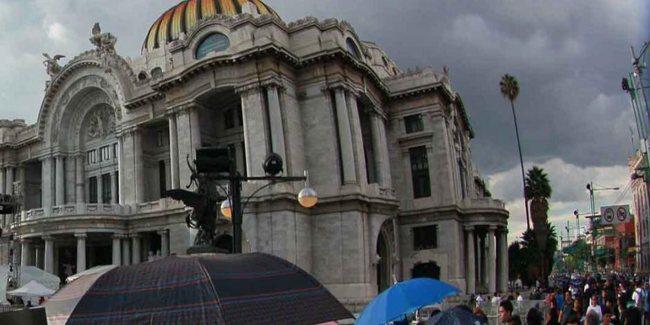 Grupos agrícolas irrumpen en Bellas Artes; exigen retiro de obra