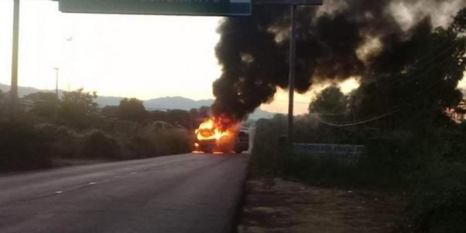 Queman tres vehículos pesados en la carretera Acapulco-Zihuatanejo