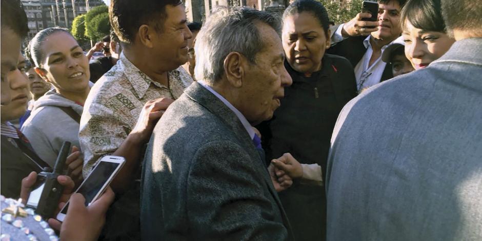 Se desvanece Muñoz Ledo al llegar a Palacio
