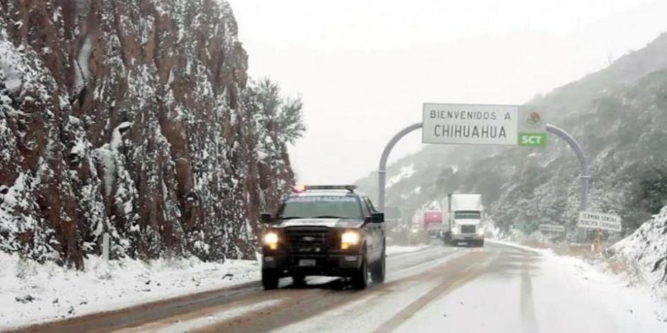 Varan más de 200 autos en Chihuahua por nieve