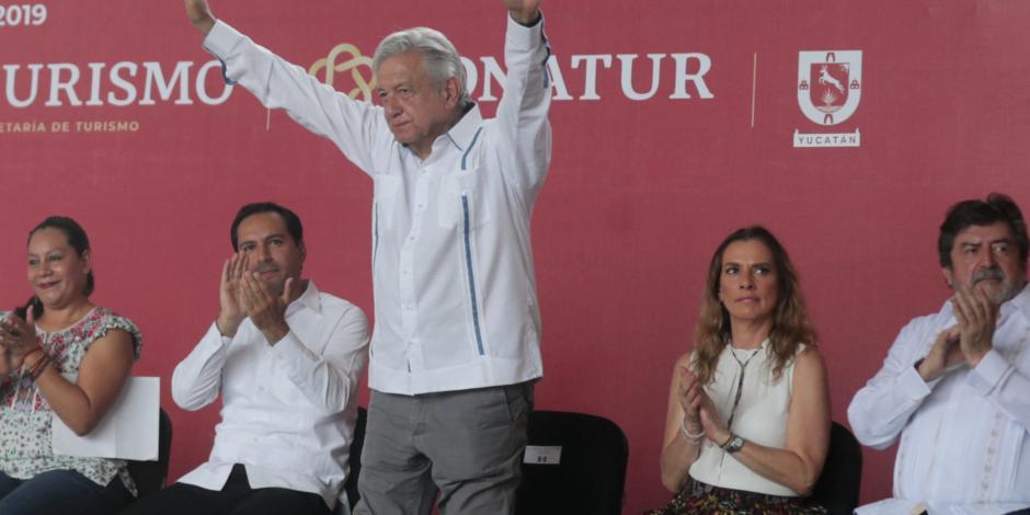 Sargazo no es tema grave, afirma López Obrador en Quintana Roo