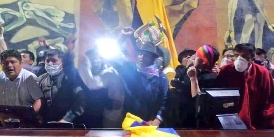 VIDEO: Manifestantes rompen cerco e ingresan al Parlamento en Ecuador