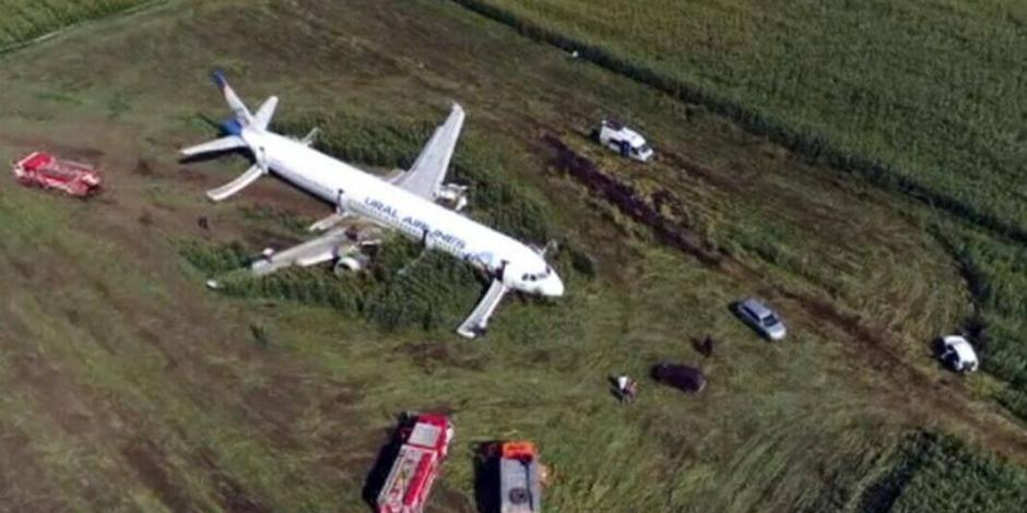 Avión aterriza de emergencia en Rusia por choque con parvada