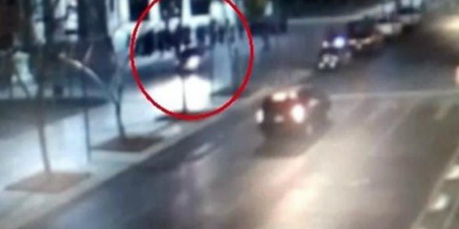 VIDEO: Conductor casi atropella a policías en Alameda Central