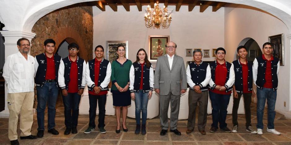 Se reúne Graco con ganadores de Olimpiada de Química y emprendedores