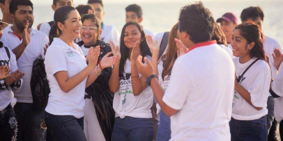 Con limpia de playa, arranca campaña de Candy Ayuso en Quintana Roo