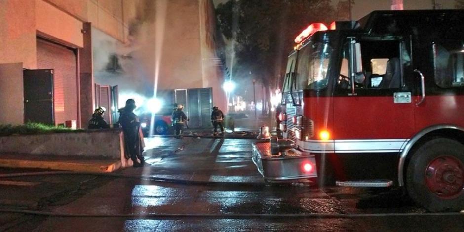 FOTOS: Controlan incendio en Plaza Zentralia en Iztapalapa