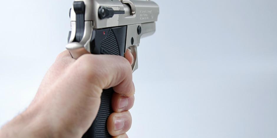 En medio de polémica por control de armas, maestro hiere a 3 en escuela de EU
