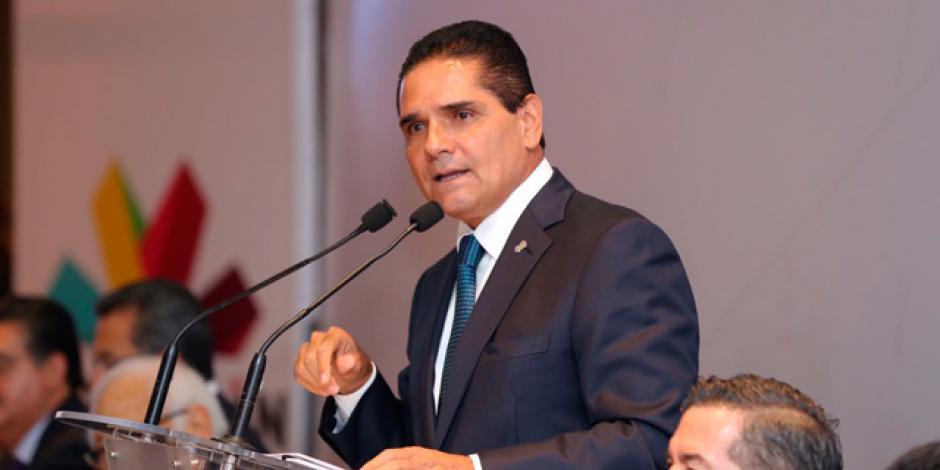 Gobernador de Michoacán entra a quirófano para cirugía