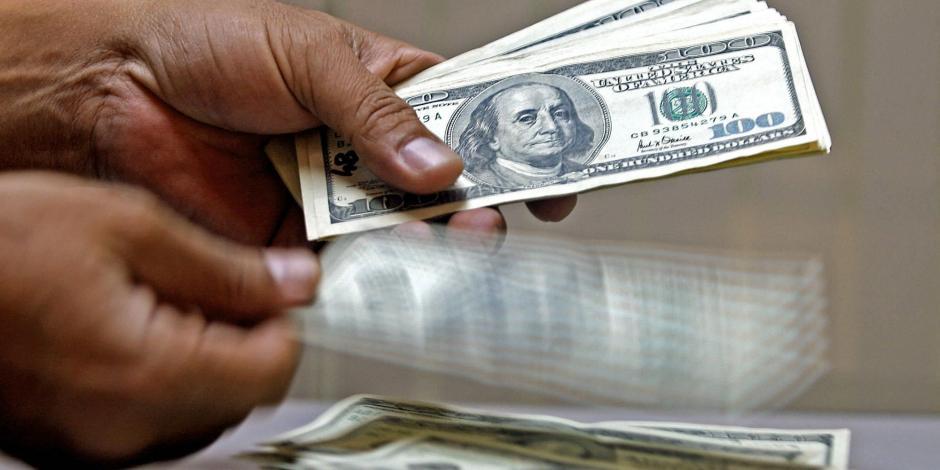 Dólar inicia la semana en 18.97 pesos en AICM