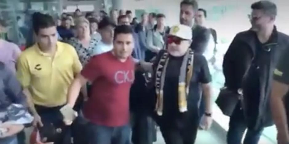 VIDEO: Maradona empuja a fan que quería una foto con él