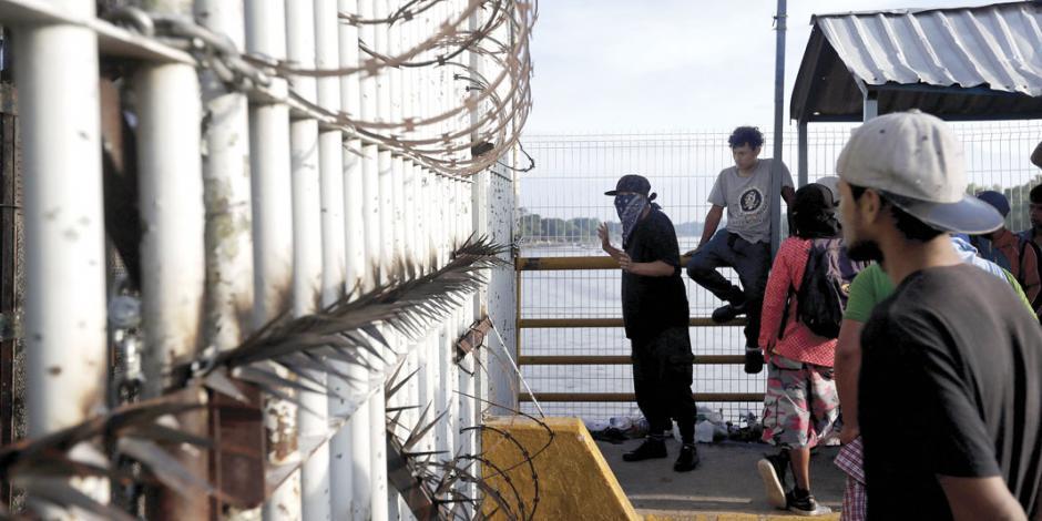 México blinda reja, luego deja pasar a segunda caravana