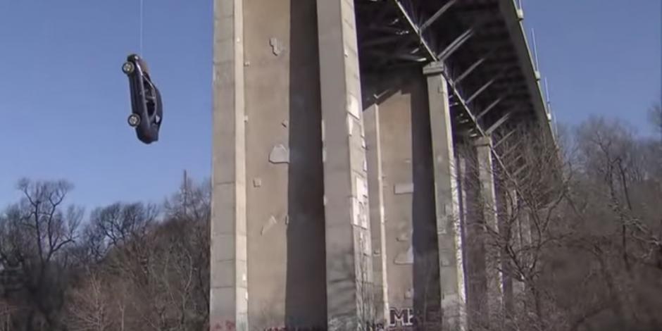 VIDEO: Auto queda colgando en puente de Toronto, Canadá