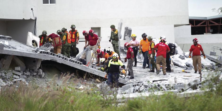 Mueren 7 tras colapso de plaza en Monterrey