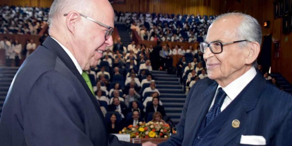 Narro reconoce al doctor Raúl Cicero por trayectoria