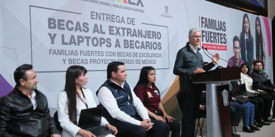 Entrega Alfredo del Mazo becas al extranjero y laptops a alumnos